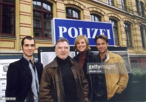 Das Team der SOKO Leipzig der Fernsehserie 'Polizeiruf 110' Gabriel Merz Andreas SchmidtSchaller Melanie Marschke Marco Girnth vor dem Polizeigebäude...