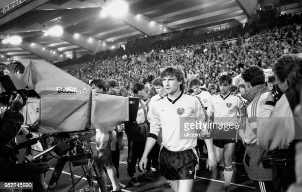 Das Team des DDRFußballOberligisten Dynamo Dresden mit Abwehrspieler Andreas Trautmann und Stürmer Ralf Minge begibt sich flankiert vom Team des VfB...