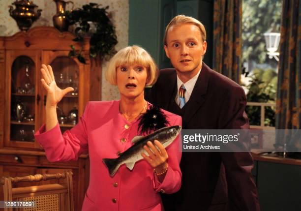 Das traditionelle Forellenessen gerät wie bei Anita üblich zu einem richtigen Ereignis. Dietrich gibt - wie der Papa vor - die Prachtexemplare selbst...