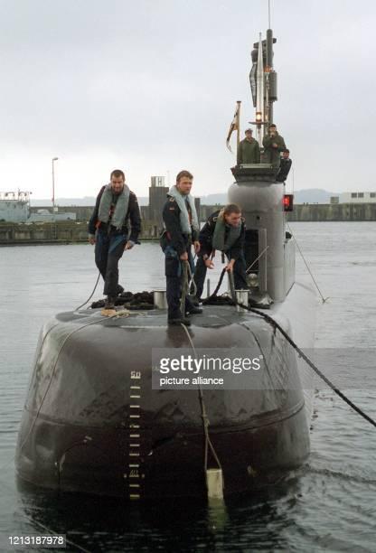 Das Unterseeboot U 29 macht am 28 Juni 1999 nach einem viermonatigen Einsatz im Mittelmeer in seinen Heimathafen Eckernförde fest Die Reise der 25...
