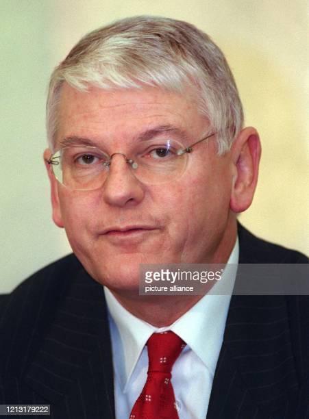 Das Vorstandsmitglied der Hoechst AG, Klaus-Jürgen Schmieder, aufgenommen am 18.3.1999 in Frankfurt am Main.