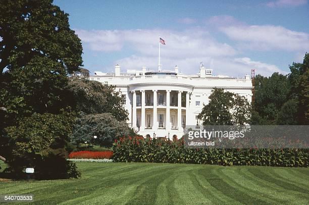 Das Weiße Haus in Washington ist der Amts und Wohnsitz der Präsidenten der USA Das Bauwerk im klassizistischen Stil ist umgeben von einer gepflegten...
