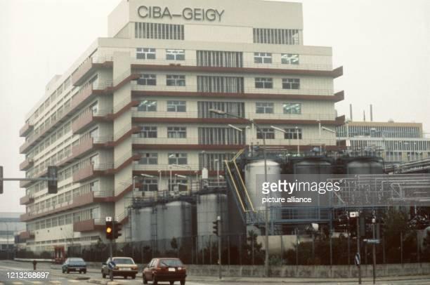 Das Werk des Schweizer Chemiekonzerns CibaGeigy in Basel aufgenommen im November 1989