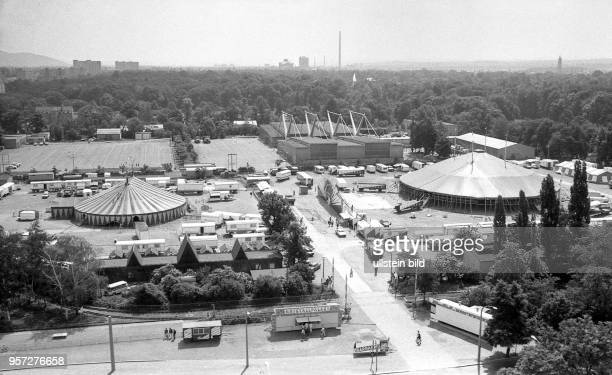 Das Zelt des Circus Sarrasani wird im Mai 1990 am Fucikplatz in Dresden aufgebaut Nachdem das Ende 1912 eingeweihte 'CircusTheater der 5000' den...