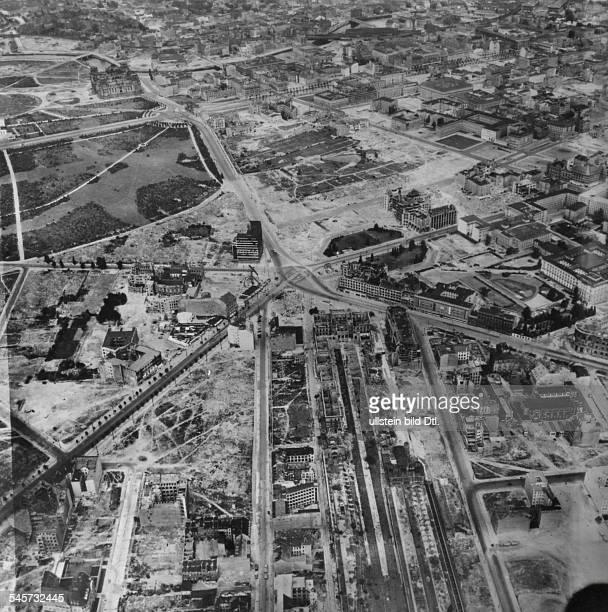 Das zerstörte Gelände um den PotsdamerPlatz links die mit Bäumenbestandene Potsdamer Strasse unten MittePotsdamer Bahnhof links obenReichstagsgebäude...