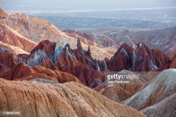 dasht-e lut wüste iran farbige berge - unesco welterbestätte stock-fotos und bilder