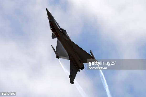 A Dassault Aviation Rafale jet fighter performs during the International Paris Air Show in Le Bourget near Paris on June 23 2017 / AFP PHOTO / ERIC...