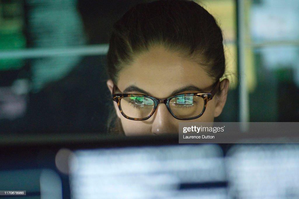 Gegevens vrouw monitoren : Stockfoto
