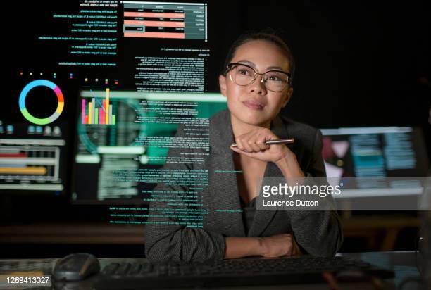 de vrouw van gegevens ziet door vertoning - digital viewfinder stockfoto's en -beelden