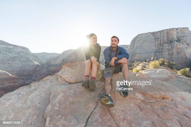 fecha en un acantilado - flanco de valle fotografías e imágenes de stock