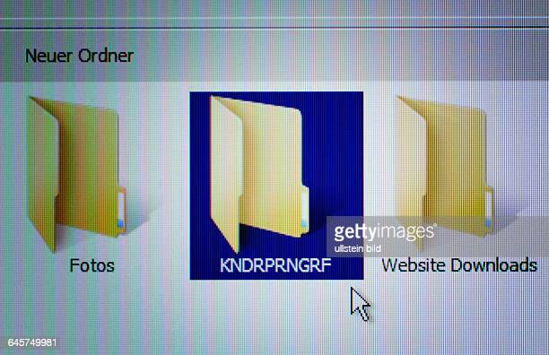 Dateiordner mit Aufschrift Kndrprngrf Symbolfoto kinderpornografische Fotos im Internet