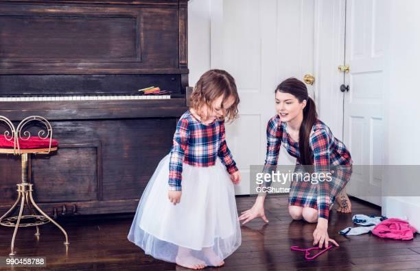 hija de admirar su vestido nuevo - simetría fotografías e imágenes de stock