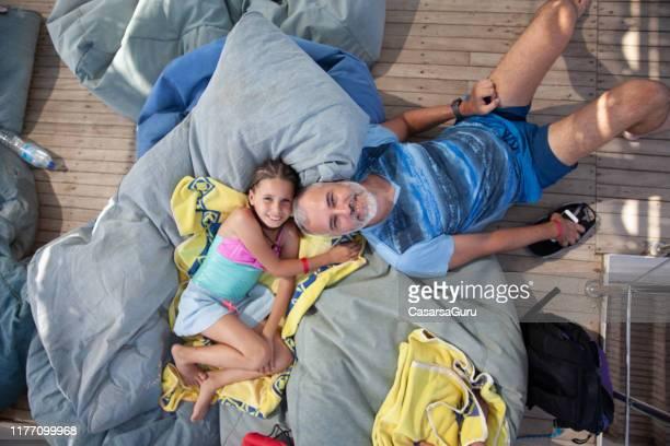 fille et père appréciant détendre sur des sacs de harit - sacco photos et images de collection