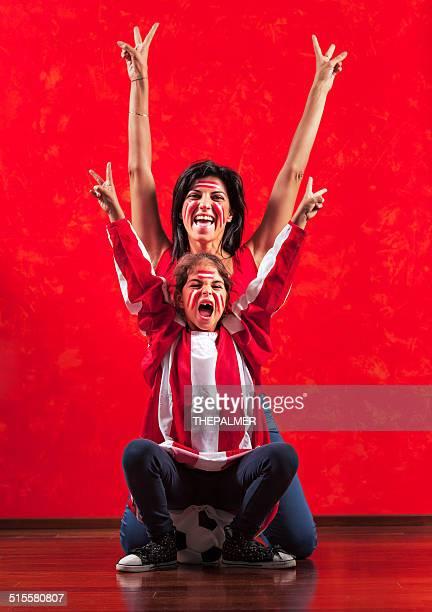 Fille et mère les fans de football
