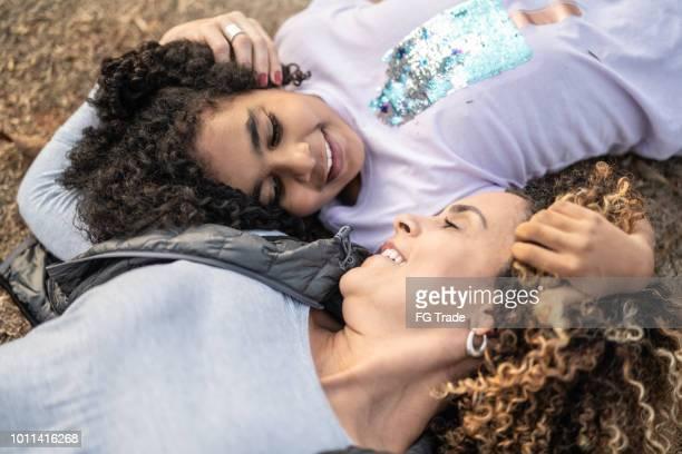 Fille et mère couchée de profiter de la journée au parc