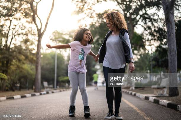 filha e mãe andando no parque - parque natural - fotografias e filmes do acervo