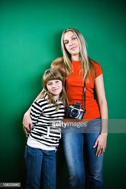 Madre e hija y cámara en el cuello uso