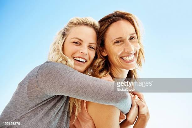 Tochter umarmen Mutter