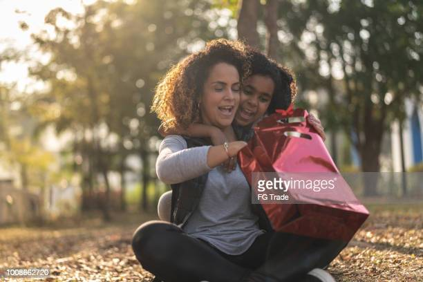 daughter giving a gift for your her mother - black mothers day stock pictures, royalty-free photos & images