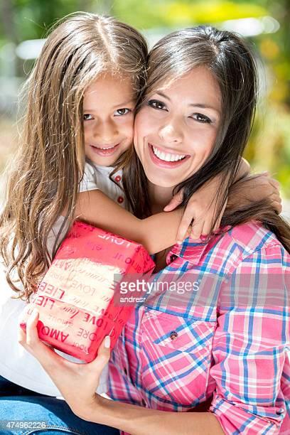 Hija dar un regalo a su madre