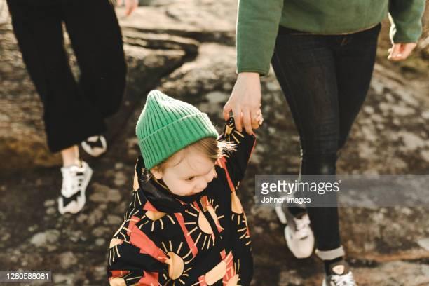 daughter holding mothers hand - heteroseksueel koppel stockfoto's en -beelden
