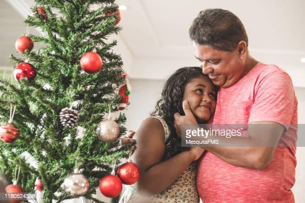 hija recibiendo afecto de su padre y celebrando la navidad - de amado carrillo fuentes fotografías e imágenes de stock