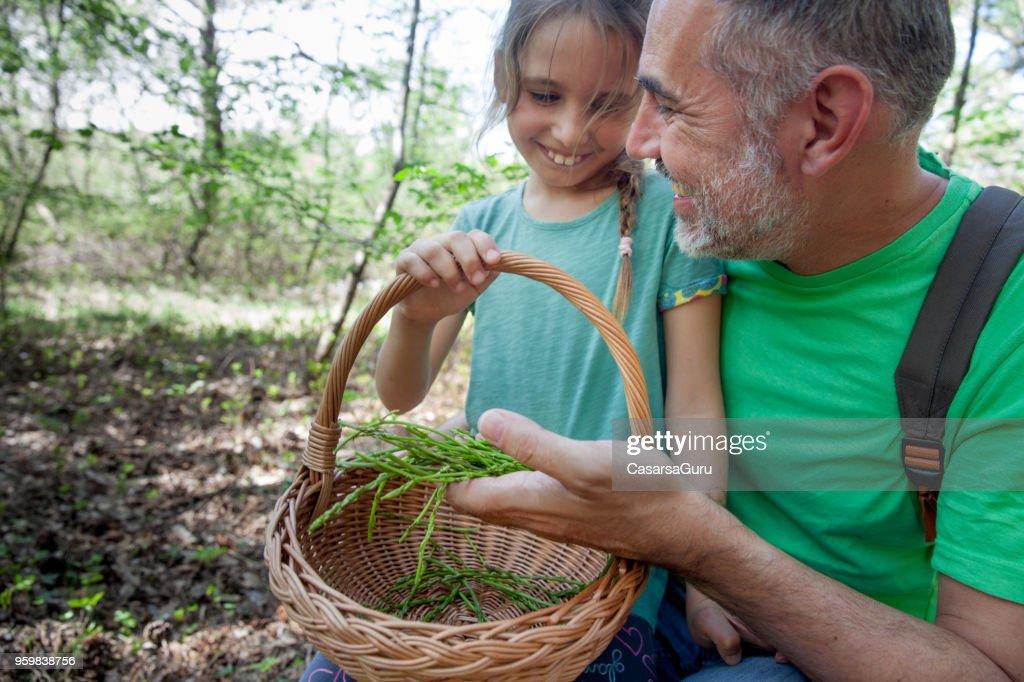 Tochter mit Vater, was sie im Korb gesammelt hat : Stock-Foto