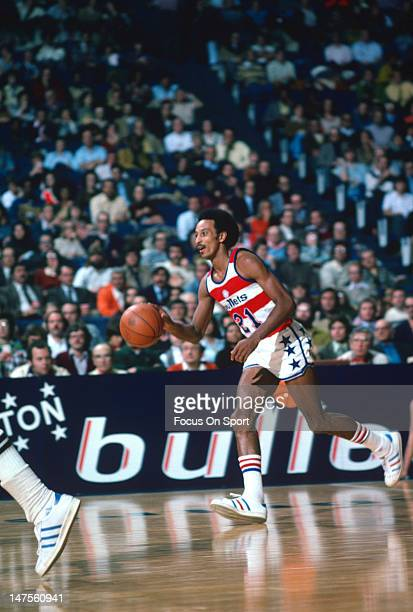 Dave Bing of the Washington Bullets dribbles the ball up court against the Buffalo Braves during an NBA basketball game circa 1976 at the Capital...