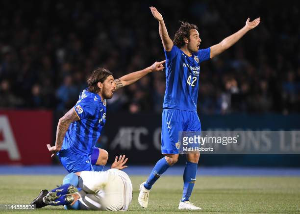 Dave Bulthuis and Mix Diskerud of Ulsan Hyundai react during the AFC Champions League Group H match Kawasaki Frontale and Ulsan Hyundai at Todoroki...