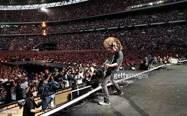 Dave Grohl of Foo Fighters performs on stage during the Live Earth concert at Wembley Stadium on July 7 2007 in London England Live Earth is a 24hour...