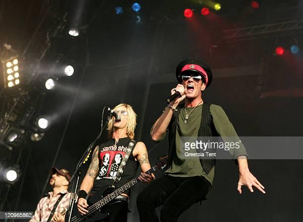 Dave Kushner Duff McKagan and Scott Weiland of Velvet Revolver