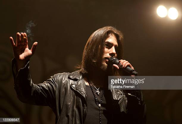 Dave Navarro of Janes Addiction informs the crowd at the NME stage that the band have cancelled their performance during day two of Reading Festival...