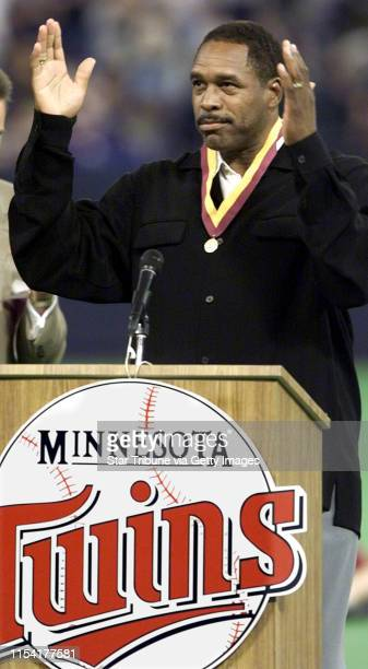 Dave Winfield acknowledges the crowds cheers during pregame festivities to honor Winfiled's accomplishments as a Twin