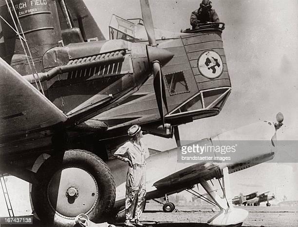 The small sport aeroplane wins Air sport event in Los Angeles About 1930Photograph In einem Wettkampf David gegen Goliath besiegte das kleine...