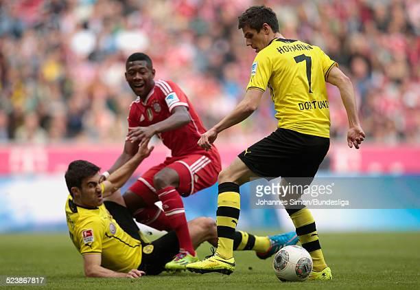 David Alaba von Bayern im Zweikampf mit Sokratis und Jonas Hofmann von Dortmund beim BundesligaSpiel FC Bayern Muenchen gegen Borussia Dortmund am 12...