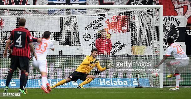 David Alaba von Bayern in aktion mit Oka Nikolov von Frankfurt waehrend des Bundesligaspiels zwischen Eintracht Frankfurt und Bayern Muenchen in der...
