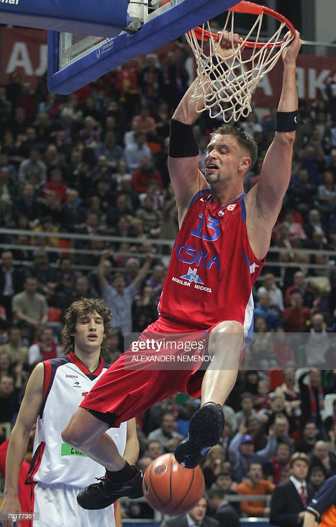 David Andersen (R) of CSKA Moscow jubilates after scoring against Tau Ceramica, as Tau's Simas Jasaitis looks at him, 23 January 2008 in Moscow, during their basketball Euroleague group A match.