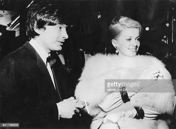 David Bailey* Fotograf Grossbritannienmit seiner Ehefrau Catherine Deneuve bei einem Empfang 1965