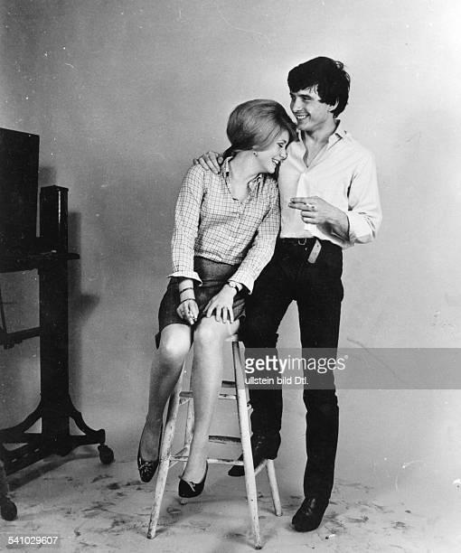 David Bailey* Fotograf Grossbritannienmit seiner Ehefrau Catherine Deneuve im Studio 1966