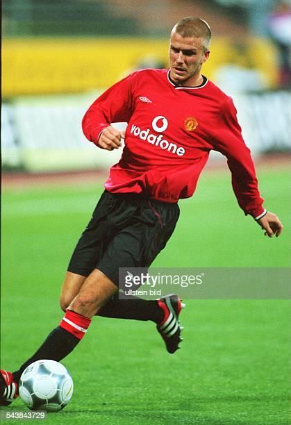 David Beckham Mittelfeldspieler des englischen Erstligaklubs Manchester United führt den Ball am Fuß über das Spielfeld