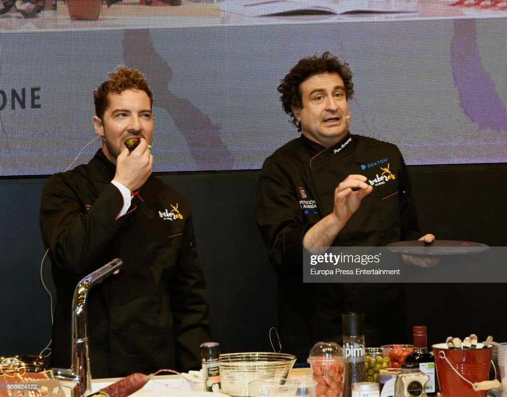 ¿Cuánto mide el chef Pepe Rodríguez? (Masterchef) - Altura: 1,76 David-bisbal-and-pepe-rodriguez-attend-almeria-stand-during-32th-de-picture-id955924122