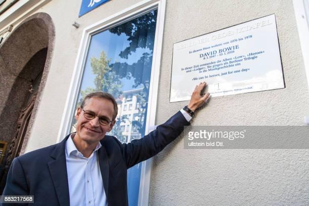 david bowie gedenktafel berlin wohnhaus hauptstraße bürgermeister müller tafel enthüllung berliner haus schöneberg 2016