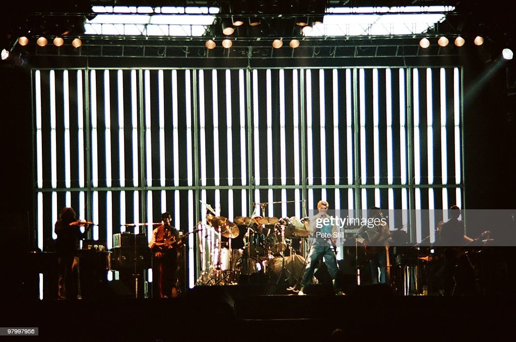 David Bowie Performs At Earls Court Arena In London : ニュース写真