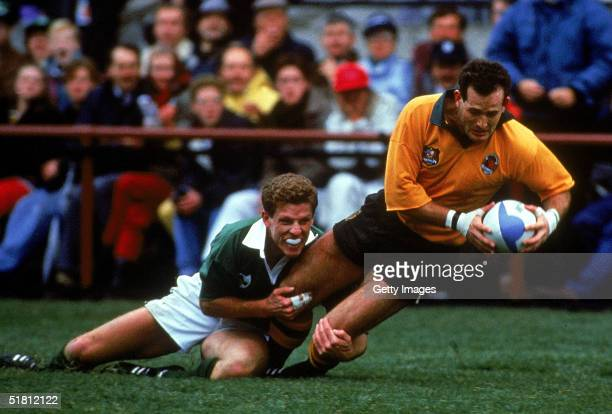 David Campese of Australia scores a try during the 1991 Rugby World Cup Quarter Finals match between the Australian Wallabies and Ireland held at...