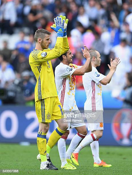 David de Gea and Spain players applaud the supporters after the UEFA EURO 2016 round of 16 match between Italy and Spain at Stade de France on June...