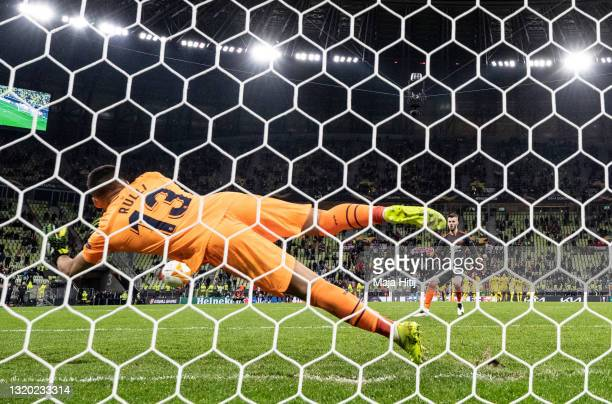 David de Gea of Manchester United misses their team's eleventh penalty in the penalty shoot out as Gero Rulli of Villarreal CF makes a save to win...