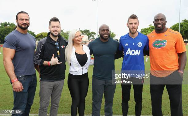 David de Gea of Manchester United pose with WWE announcer Mike Ford and wrestlers ?Drew McIntyre, Apollo Crews, Dana Brooke and Titus O'Neil after a...