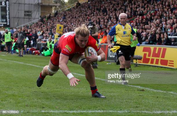 David Denton of Worcester Warriors scores his side's first try during the Aviva Premiership match between Harlequins and Worcester Warriors at...
