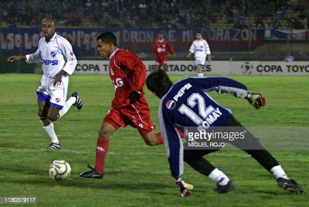 David Ferreira of America de Cali eludes goaltender Romay of Nacional 17 May 2001 in Montevideo Uruguay David Ferreira jugador del America de Cali...