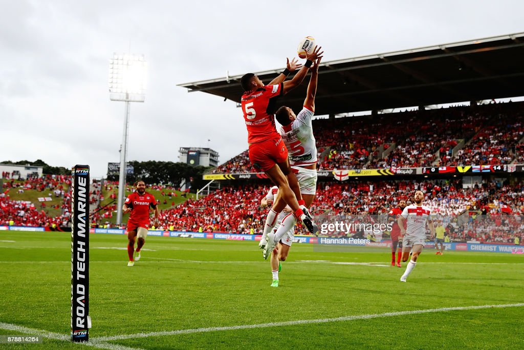 David Fusitua of Tonga competes with Ryan Hall of England for the ball during the 2017 Rugby League World Cup Semi Final match between Tonga and England at Mt Smart Stadium on November 25, 2017 in Auckland, New Zealand.